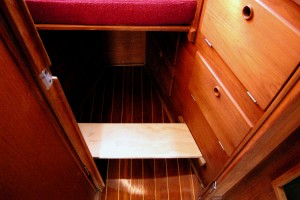 Removable step for the V-berth